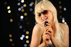 Pop star che canta sulla fase Immagini Stock Libere da Diritti
