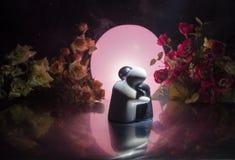 Pop twee die op lijst met bloemen en maandecoratie koesteren stak achtergrond met rook aan Het concept van de liefde Groet of gif Royalty-vrije Stock Foto