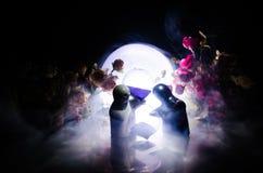 Pop twee die op lijst met bloemen en maandecoratie koesteren stak achtergrond met rook aan Het concept van de liefde Groet of gif Stock Afbeeldingen