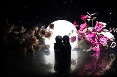 Pop twee die op lijst met bloemen en maandecoratie koesteren stak achtergrond met rook aan Het concept van de liefde Groet of gif Royalty-vrije Stock Foto's