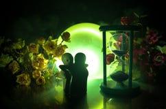 Pop twee die op lijst met bloemen en maandecoratie koesteren stak achtergrond met rook aan Het concept van de liefde Groet of gif Royalty-vrije Stock Afbeelding