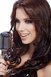 Pop vrouwelijke zanger met retro mic Stock Afbeeldingen