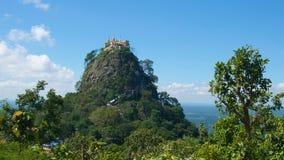 Popa登上的塔翁Kalat修道院在Bagan,缅甸 免版税库存图片