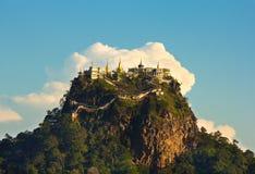在一座山Popa顶部的寺庙在云彩 免版税图库摄影
