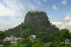 Popa de support. Monastère bouddhiste Photo libre de droits