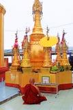 Popa Taungkalat Shrine Monk, zet Popa, Myanmar op royalty-vrije stock foto