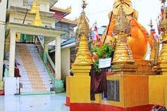 Popa Taungkalat Shrine, zet Popa, Myanmar op stock afbeelding
