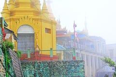 Popa Taungkalat Shrine, zet Popa, Myanmar op royalty-vrije stock fotografie