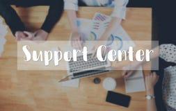Poparcia centrum wiadomość na przyrządzie pracuje stołowego tło Obrazy Stock