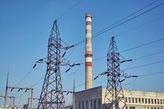 Poparcia wysokonapięciowe linie energetyczne i drymba termiczna elektrownia Fotografia Stock