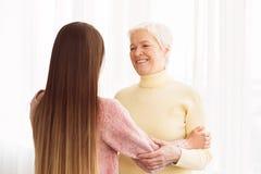 Poparcie i opieka C?rka i matka wydaje czas wp?lnie zdjęcie stock