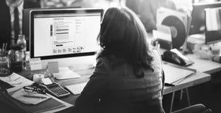 Poparcie obsługi klienta Pracujący Biurowy Online Komunikacyjny przeciw Zdjęcia Royalty Free