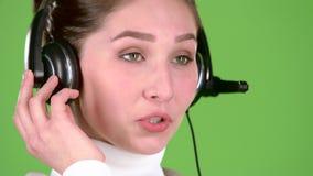 Poparcie pracownik mówi klienci na słuchawki zielony ekran z bliska swobodny ruch zbiory wideo
