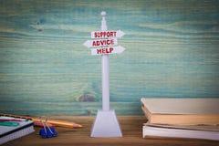 Poparcie rada pomoc, obsługa klienta Kierunkowskaz na drewnianym stole zdjęcie stock
