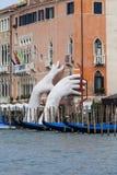 Poparcie rzeźba Lorenzo Quinn stawia dwa gigantycznej ręki sterczy od kanał grande wody, Wenecja, Włochy Fotografia Royalty Free