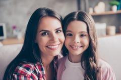 Poparcie, zaufanie stajenka, silny rodzinny pojęcie blisko portret obraz stock