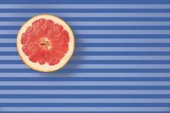 Popart projektuje czerwony grapefruitowego na pasiastego tła odgórnym widoku Obrazy Stock
