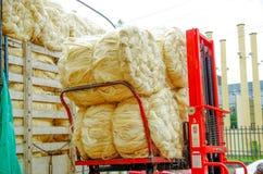 POPAYAN, COLOMBIE - 6 FÉVRIER 2018 : Fermez-vous du camion rouge complètement des balles de paille de foin, prêt pour le transpor Photos stock