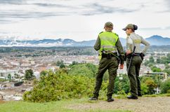 POPAYAN KOLUMBIA, LUTY, - 06, 2018: Plenerowy widok niezidentyfikowani ludzie jest ubranym mundur policję i cieszy się widok Obrazy Stock