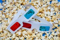 Popcore lögn spridd på exponeringsglas 3D för hållande ögonen på filmer royaltyfri fotografi