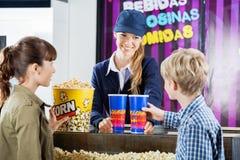 Popcorn αγοράς αδελφών και αδελφών από τον πωλητή μέσα Στοκ Εικόνα