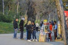 Popcorn αγοράς Teens Στοκ Φωτογραφία