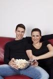 popcorn ζευγών προσέχοντας νε&omicro Στοκ εικόνες με δικαίωμα ελεύθερης χρήσης
