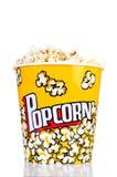 Μεγάλος κάδος popcorn. Απομονωμένος σε ένα λευκό Στοκ εικόνα με δικαίωμα ελεύθερης χρήσης