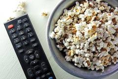Popcorn και η TV μακρινή στοκ εικόνες