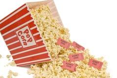 Popcorn και κινηματογράφων εισιτήρια Στοκ φωτογραφία με δικαίωμα ελεύθερης χρήσης