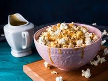 Popcorn με την καραμέλα στο κύπελλο στο σκοτεινό υπόβαθρο Στοκ φωτογραφία με δικαίωμα ελεύθερης χρήσης