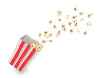 Popcorn με τους πετώντας πυρήνες από το κόκκινο Στοκ εικόνα με δικαίωμα ελεύθερης χρήσης
