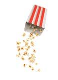Popcorn με τους πετώντας πυρήνες από το κόκκινο Στοκ φωτογραφία με δικαίωμα ελεύθερης χρήσης