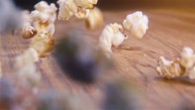 Popcorn που αφορά τον αυθεντικό ξύλινο πίνακα - έξοχος σε αργή κίνηση πυροβολισμός απόθεμα βίντεο