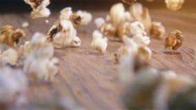 Popcorn που αφορά τον αυθεντικό ξύλινο πίνακα - έξοχος σε αργή κίνηση πυροβολισμός φιλμ μικρού μήκους