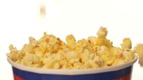 Popcorn που εμπίπτει σε τσάντα, στο λευκό, 2 πακέτο, κλείνει απόθεμα βίντεο