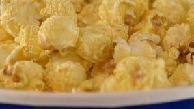Popcorn που εμπίπτει σε τσάντα, στο Μαύρο, 2 πακέτο, κλείνει απόθεμα βίντεο