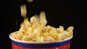 Popcorn πτώση και πτώσεις σε μια τσάντα, στο Μαύρο, 2 απόθεμα βίντεο