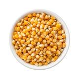 Popcorn πυρήνες άψητοι σε ένα κεραμικό κύπελλο στοκ εικόνες
