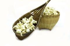Popcorn σε έναν ξύλινο κάδο στο άσπρο υπόβαθρο στοκ φωτογραφία με δικαίωμα ελεύθερης χρήσης