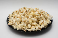 Popcorn σε ένα άσπρο υπόβαθρο Στοκ φωτογραφία με δικαίωμα ελεύθερης χρήσης