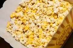 Popcorn σε ένα εμπορευματοκιβώτιο Στοκ Φωτογραφίες