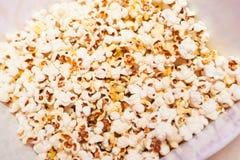 Popcorn σε ένα εμπορευματοκιβώτιο Στοκ Εικόνα