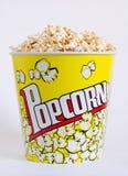 Popcorn σε ένα κίτρινο κιβώτιο Στοκ Εικόνες