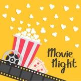 Popcorn σκάσιμο Μεγάλο εξέλικτρο κινηματογράφων αναγνωρίστε ένα εισιτήριο απεικόνιση αποθεμάτων