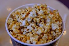 popcorn σοκολάτας στο χτύπημα έτοιμο για εξυπηρετεί στο χρόνο κινηματογράφων στοκ εικόνα με δικαίωμα ελεύθερης χρήσης