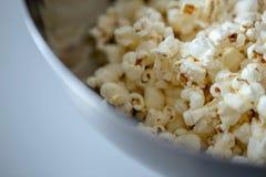 Popcorn στενός επάνω σε μια μακροεντολή κύπελλων στοκ εικόνα