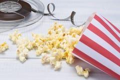 Popcorn στη συσκευασία για να προσέξει το νέο κινηματογράφο στοκ εικόνες με δικαίωμα ελεύθερης χρήσης