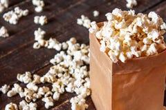 Popcorn στον ξύλινο πίνακα Στοκ Εικόνες