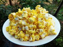 Popcorn στο άσπρο πιάτο στοκ εικόνες